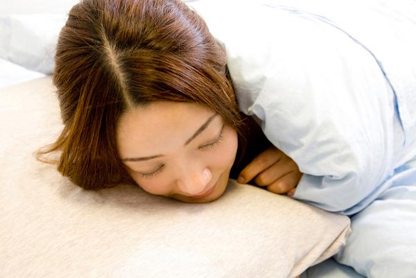 美容・老化予防に効果的な寝かたは仰向け!?それとも横向き!?